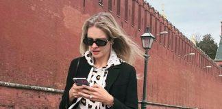 Наталья Водянова в свободных джинсах и классическом пальто прогулялась по Москве
