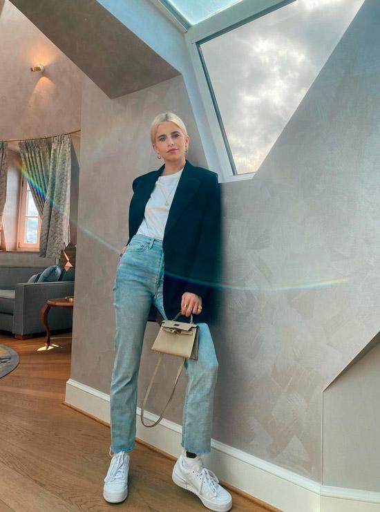 Девушка в голубых джинсах, белой футболке и черном пиджаке оверсайз