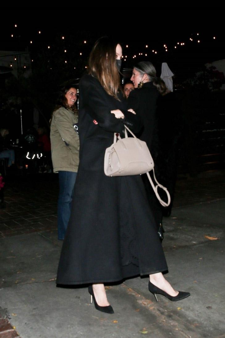 Анджелина Джоли в шикарном пальто и распущенными волосами