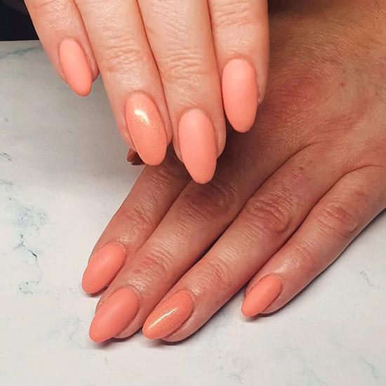 Персиковый маникюр с матовой текстурой на овальных ногтях