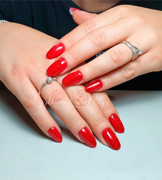 Ярко красный маникюр на длинных овальных ногтях