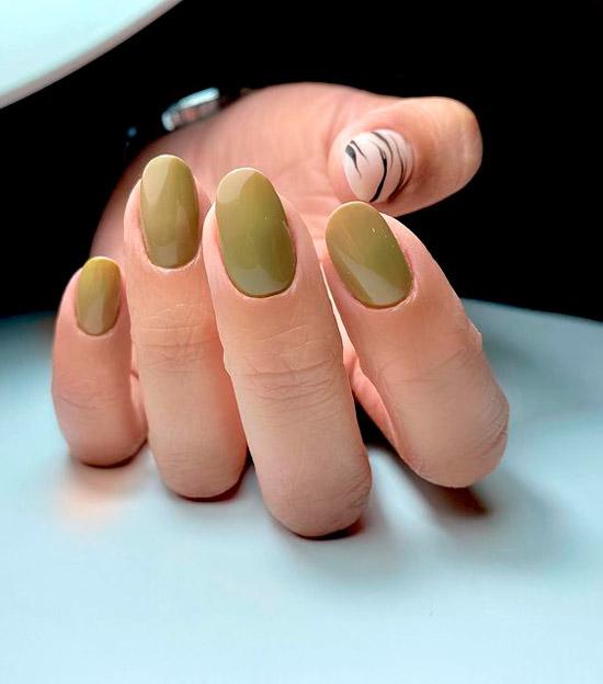 Зеленый маникюр на овальных ногтях средней длины