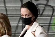 Анджелина Джоли в классических брюках и мягком пальто на экскурсии в Риме