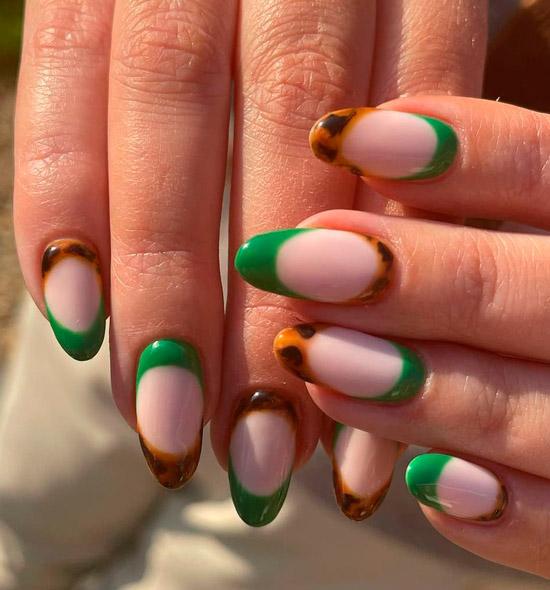 Интересный зеленый френч и черепаховый принт на овальных ногтях