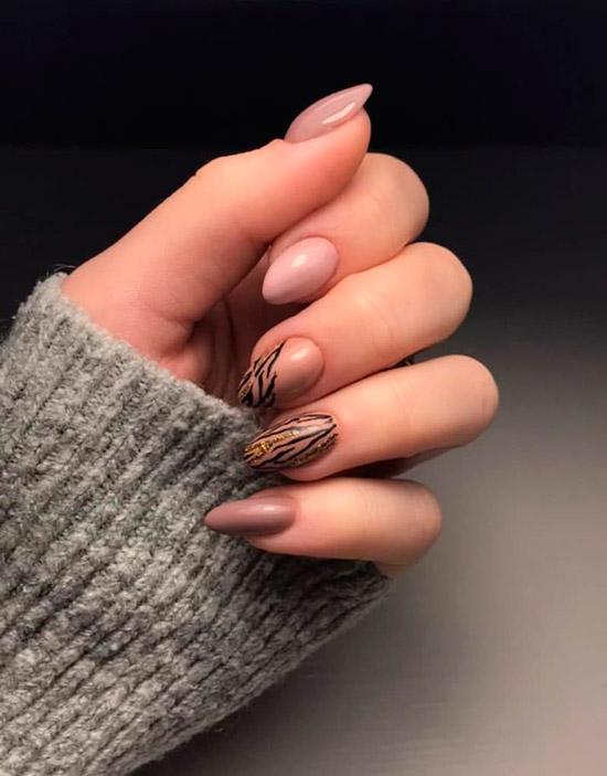 Светлый коричневый маникюр с черными линиями на миндальных ногтях
