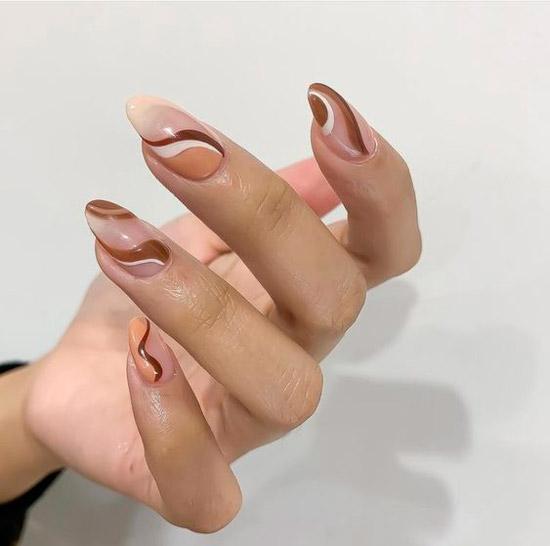 Модные коричневые завитки на длинных ногтях