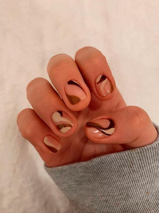 Модные коричневые завитки на коротких ногтях