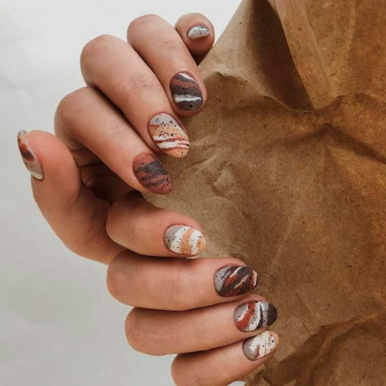 Интересный коричневый маникюр на коротких ногтях