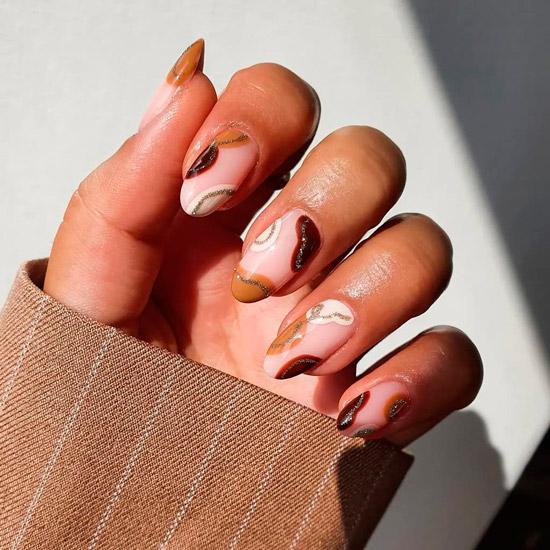 Абстрактный коричневый маникюр на овальных ногтях средней длины