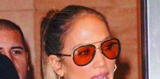 Дженнифер Лопес в кожано-замшевой юбке и ботфортах выглядит потрясающе