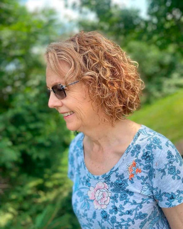 Лестная стрижка для женщин в возрасте с волнистыми волосами