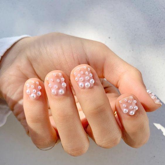 Маникюр с мелкими жемчужинами на коротких ногтях