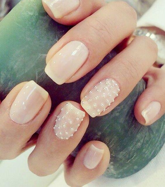 Белый маникюр с акцентом из жемчужин на натуральных ногтях