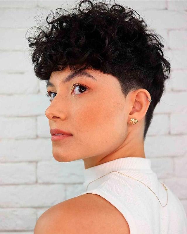 Современная пикси для вьющихся волос