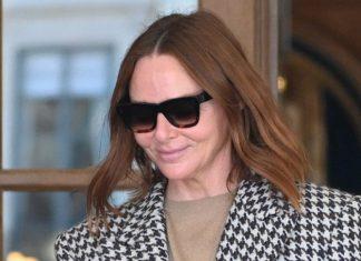 50-летняя Стелла Маккартни в бежевых брюках, модном пальто и простой, но популярной прической