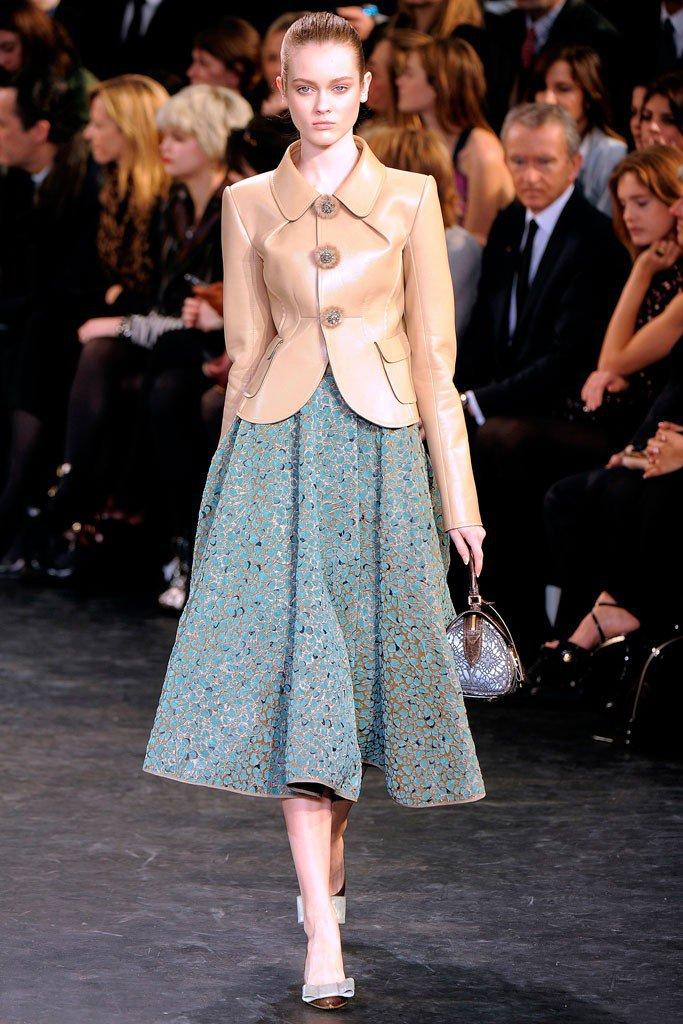 Девушка в березовой юбке в стиле Нью Лук и коричневом жакете
