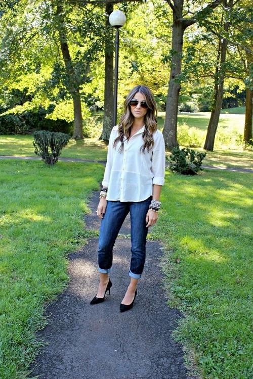 Девушка в бойфрендах и белой рубашке
