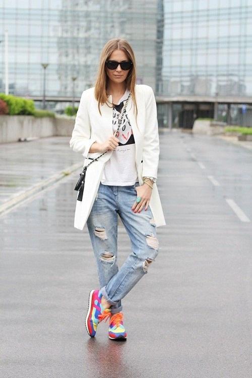 Девушка в бойфрендах, кроссовках и белом жакете