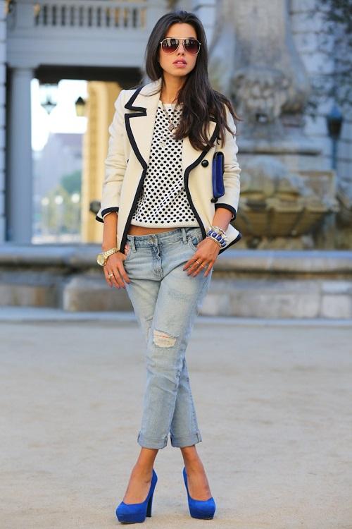 Девушка в бойфрендах, пиджаке и ярких туфлях