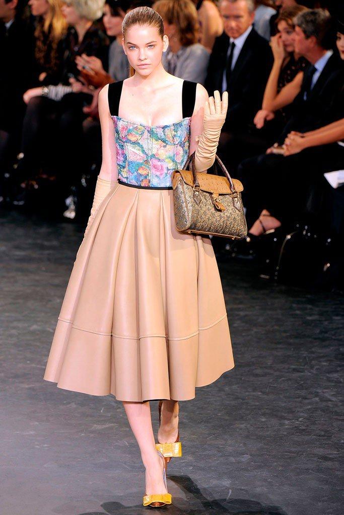 Девушка в кожанном платье с цветочный верхом и коричневой юбкой в стиле Нью Лук