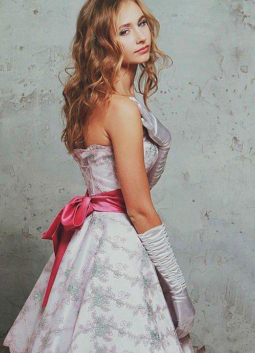Девушка в красивом платье с бантом в стиле Нью Лук