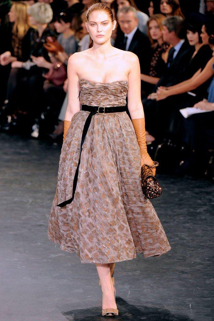 Девушка в платье без брителек в стиле Нью Лук
