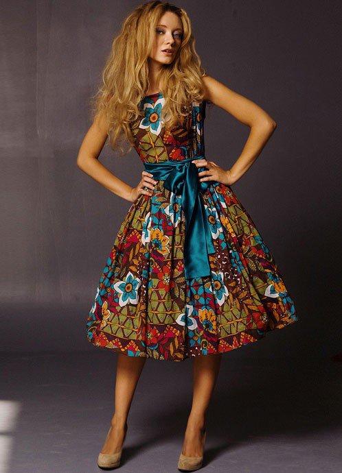 Девушка в шикарном платье с цветочным принтом в стиле Нью Лук