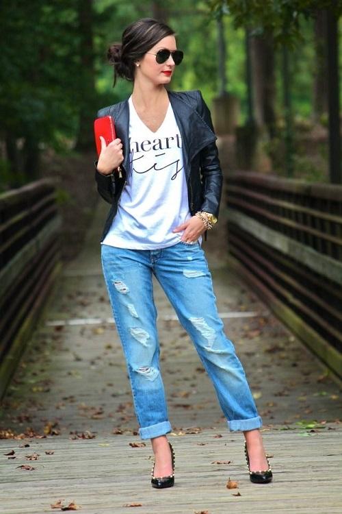 Девушка в джинсах бойфрендах и белом топе
