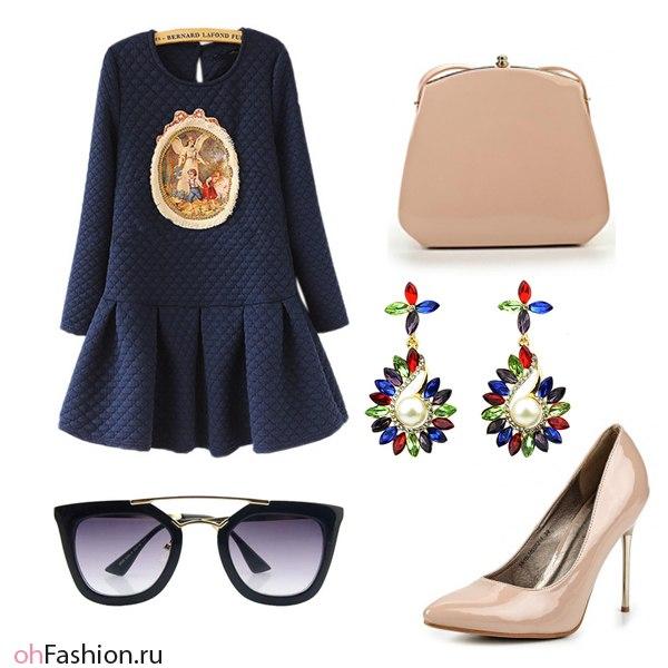 Синие туфли и бежевое платье