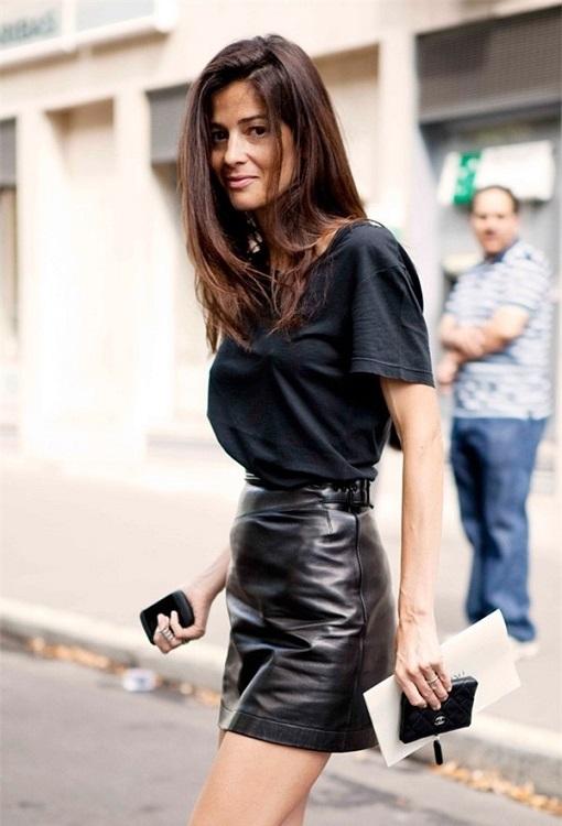 Девушка в черной кожаной юбке и в черной футболке