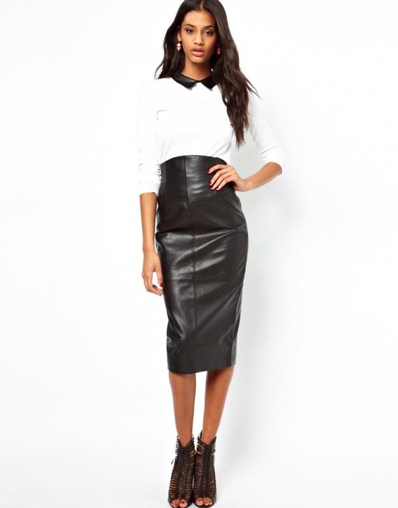 Девушка в кожаной юбке-карандаше черного цвета и белой рубашке