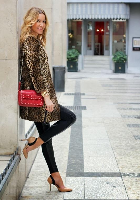 Девушка в леопардовом пальто и с красной сумкой