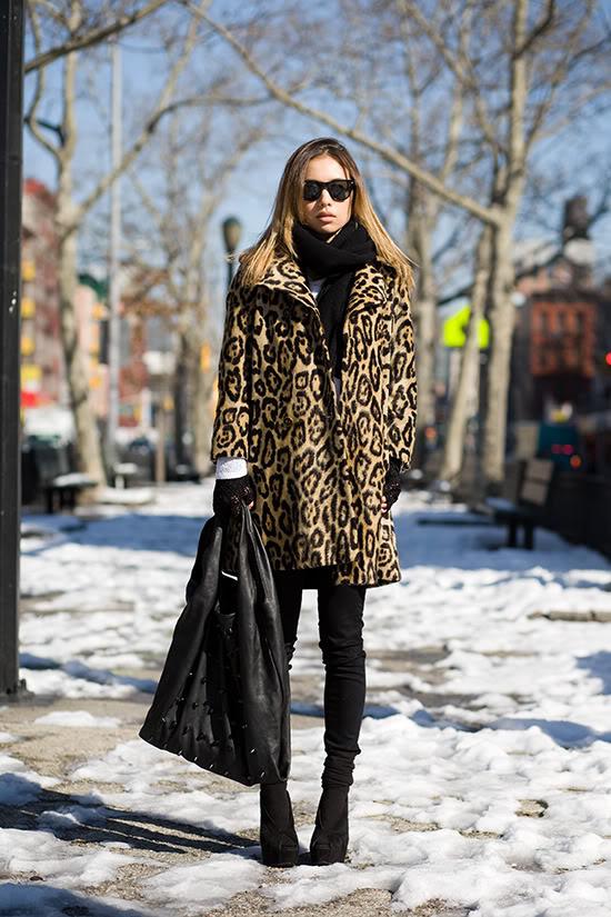 Девушка в леопардовом пальто