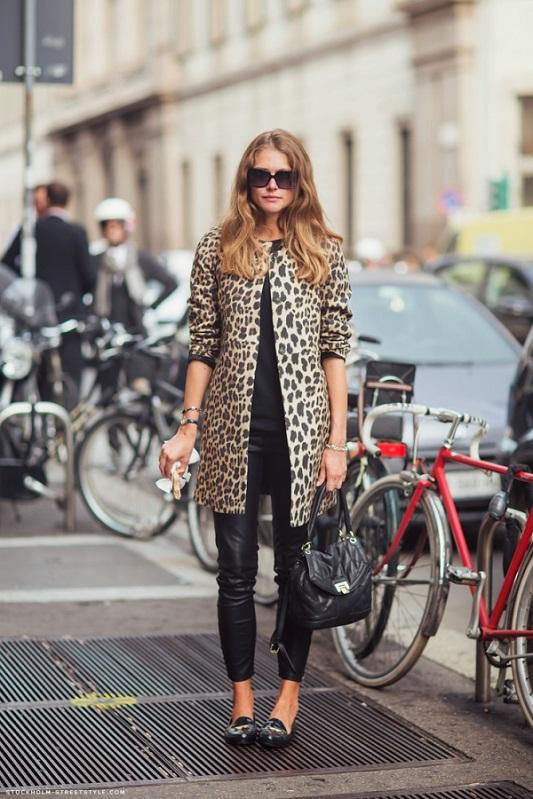 Девушка в леопардовом тренче и кожаных штанах
