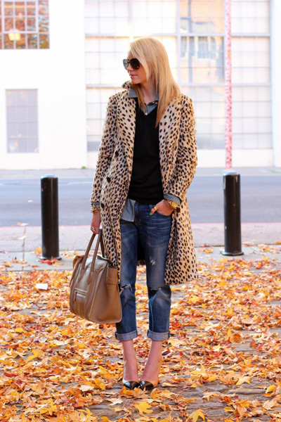 Девушка в леопардовом тренче