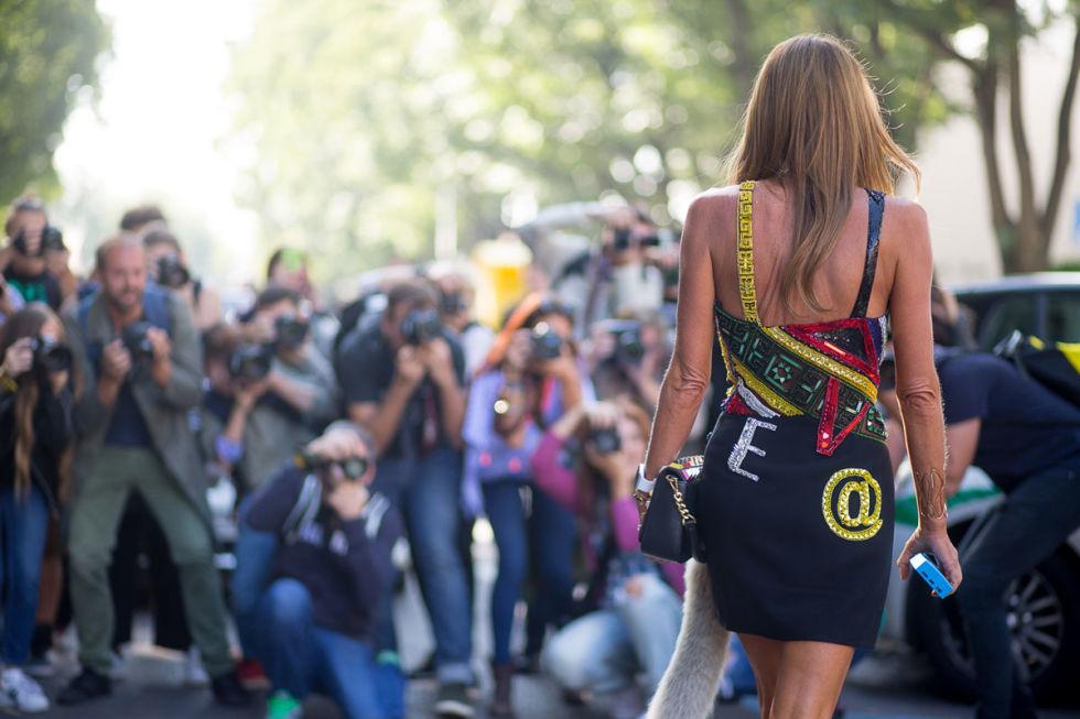 Не только логотипы, но и различные символы в крупном формате мы встретили на уличных модницах Милана