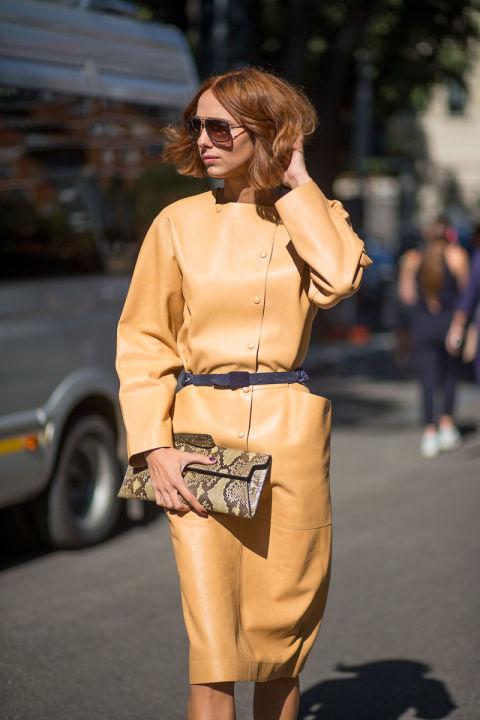 Несмотря на закрытость и скромность дизайна, платье из кожи выглядит смело