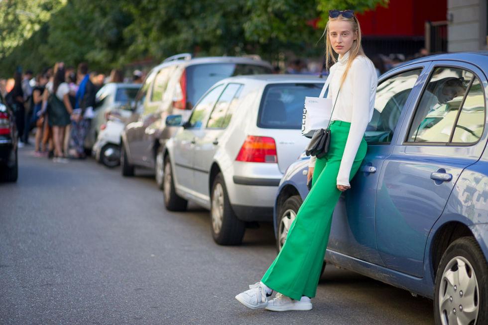 В этом сезоне многие модницы решили отдохнуть от каблуков и носить кроссовки всегда и везде